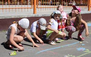 дети русуют на асфальте