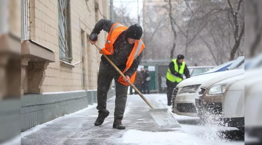 Рабочие для уборки снега с крыш